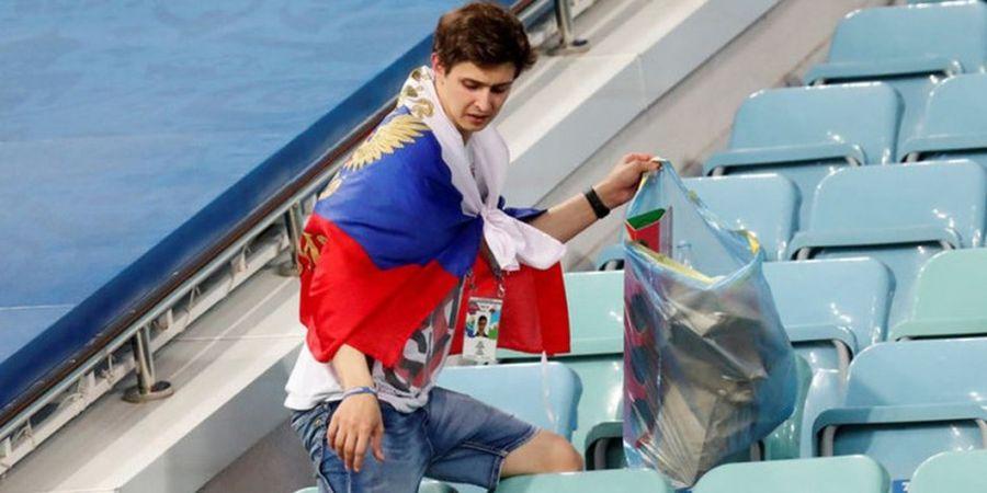 Meski Kecewa dengan Kekalahan, Fan Rusia Tetap Bersihkan Stadion Fisht