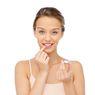 Jangan Terbiasa Menjilati Bibir Saat Kering, Ini Dia 3 Tips Gunakan Lip Care