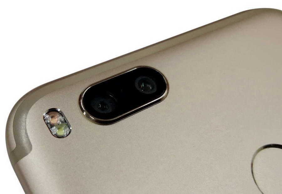 Ada dua kamera utama, masing-masing dengan resolusi dua belas megapixel. Kamera utama ini terdiri dari yang menggunakan lensa normal (wide) 26 milimeter dengan aperture f/2,2 di sebelah kiri, dan yang menggunakan lensa tele 50 milimeter dengan aperture f/2,6 di sebelah kanan.
