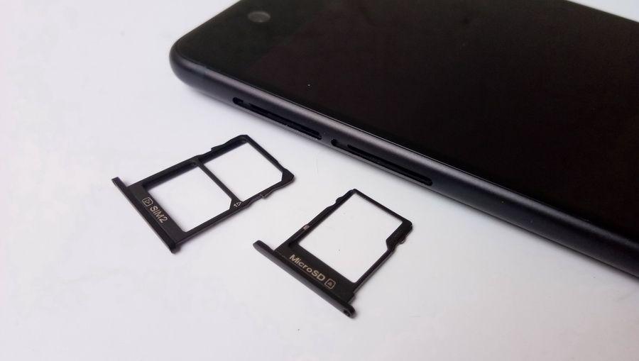 Terdapat dua slot yang terdiri dari dua tray kartu SIM dan satu tray kartu memori micro SD.