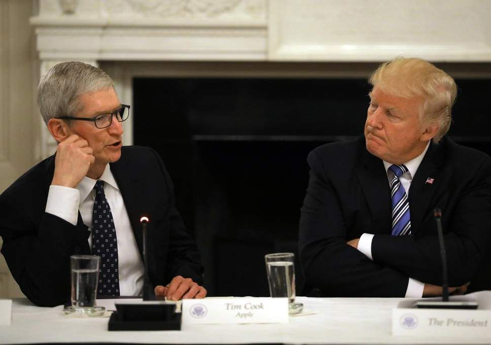Tim Cook (CEO Apple) dan Donald Trump (Presiden AS) ki-ka