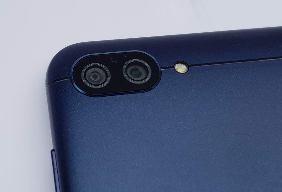 Dua kamera utama dengan resolusi 13 MP dan 5 MP memiliki sudut pandang yang berbeda. Kamera pertama untuk mengambil gambar dengan sudut normal, sedangkan kamera kedua dengan sudut lebar alias wide angle.
