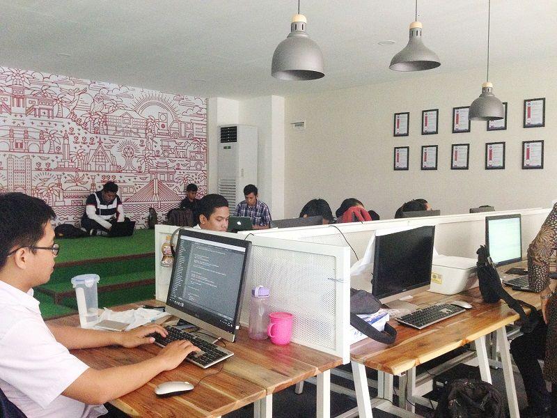 Laboratorium aplikasi di kantor Walikota Manado.
