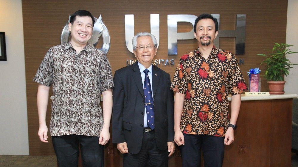 Dr. (Hon) Jonathan L. Parapak (Rektor UPH, tengah) diapit Rijanto Purbojo, Ph.D. (e-Learning Manager UPH, kanan) dan Kusno Prasetya, Ph.D. (Department Chair of Information Systems SISTech UPH)