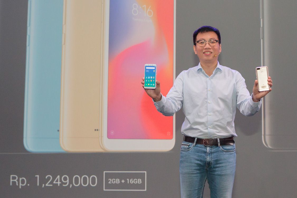 Steven Shi (Head of Xiaomi South Pacific Region, Xiaomi Indonesia Country Manager) memamerkan Redmi