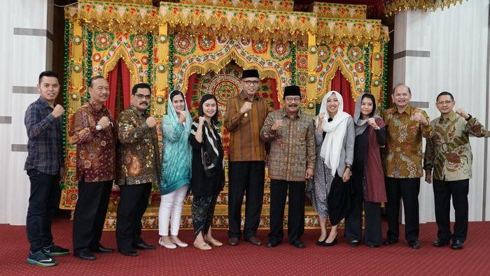 Perwakilan Bukalapak bersama APPSI dengan Nova Iriansyah, Plt Gubernur Aceh dan Gubernur Jawa Timur, Soekarwo .