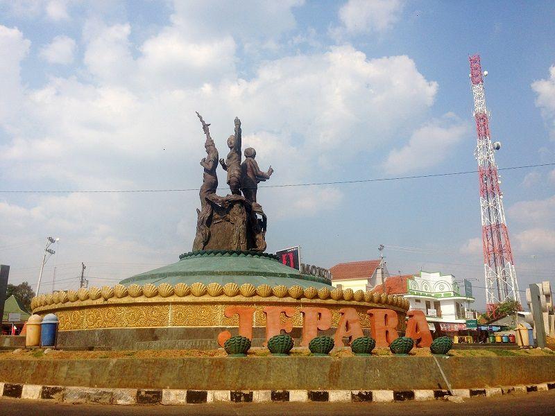 Bundaran Ngabul, Jepara, dengan patung 3 pahlawan perempuan asal Jepara, yaitu RA Kartini, Ratu Kalinyamat, dan Ratu Shima.