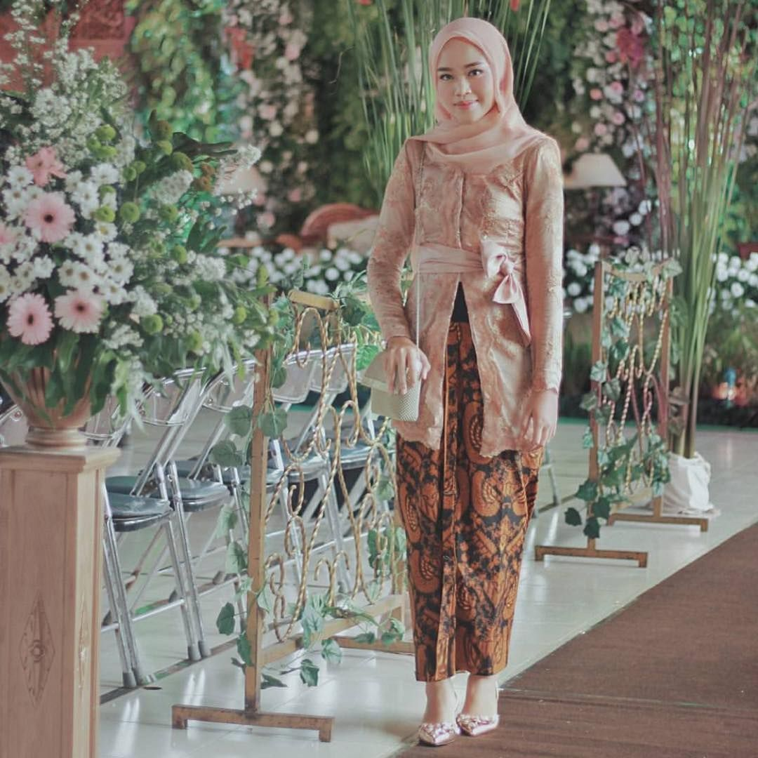 Inspirasi 10 Kebaya Hijab yang Cocok Untuk Kondangan dan Wisuda