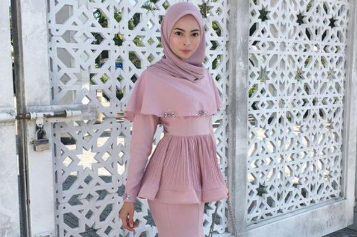 Inspirasi Busana Kebaya Hijab Model Peplum Untuk Kondangan Dan