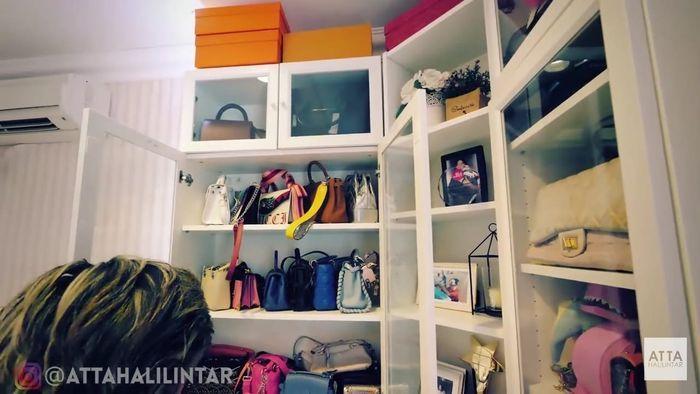 Rak built-in wardrobe milik Nagita Slavina 7b57700de2