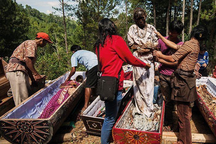 Ma'Nene Toraja, Ritual Mayat Ratusan Tahun Berganti Pakaian - Semua Halaman  - National Geographic