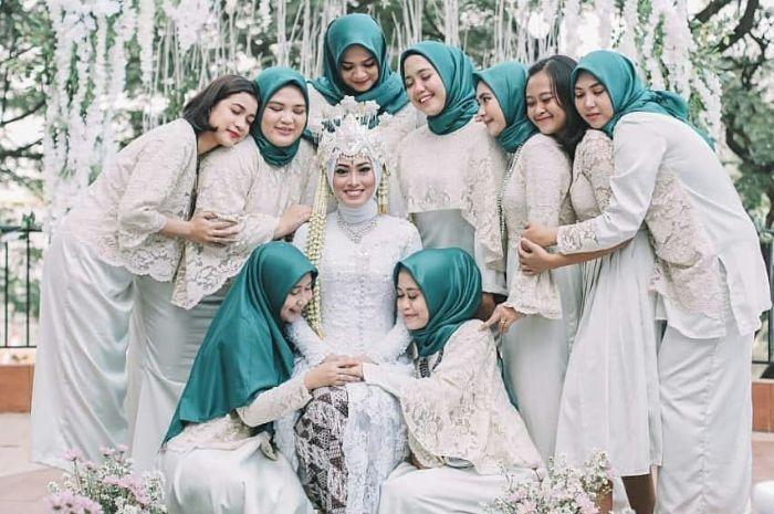 5 Inspirasi Seragam Bridesmaid Cocok Untuk Outfit Kondangan Yang