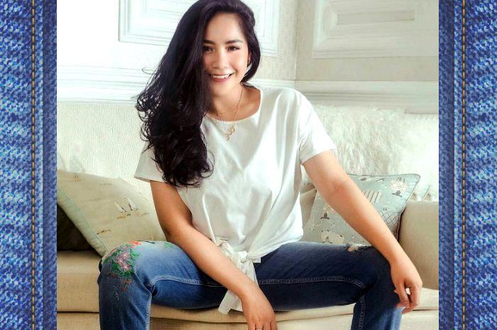 Nagita Slavina terlighat tampil bergaya kasual dnegan mengenakan celana  jeans mewah koleksi dari brand ternama 2c8d8b7d7a