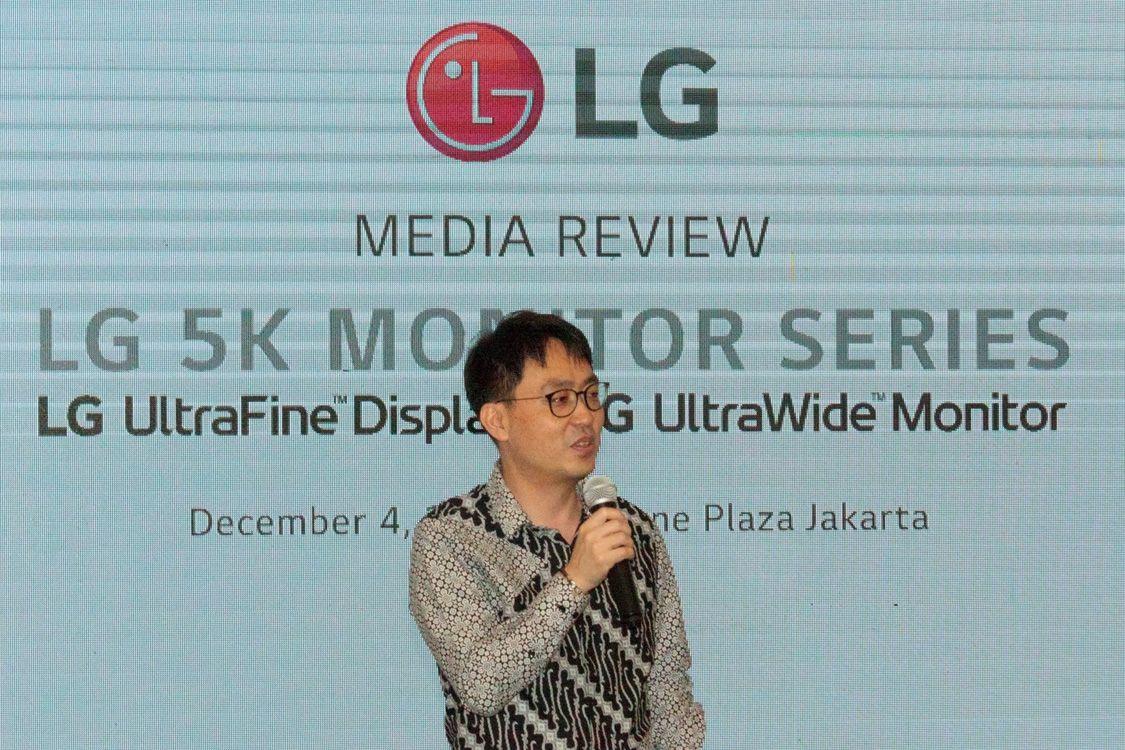 Abel Oh (IT & B2B Director LG Electronics Indonesia) tatkala mengumumkan kehadiran dua monitor 5K baru dari LG bebreapa waktu lalu di Jakarta.