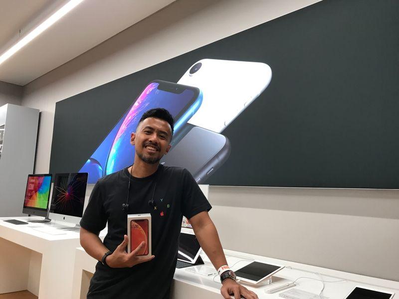 Ario Pratomo (@sheggario) setelah membeli iPhone XR warna Coral