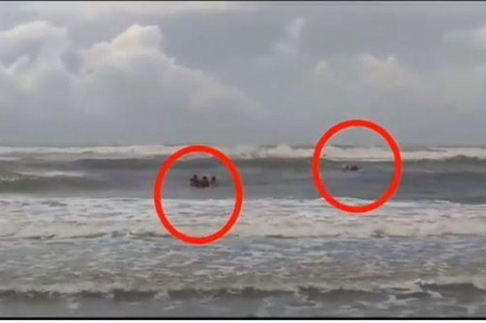 Menegangkan Detik Detik Penyelamatan 2 Wisatawan Yang Tergulung Ombak Pantai Parangtritis Yogyakarta Semua Halaman Grid Id