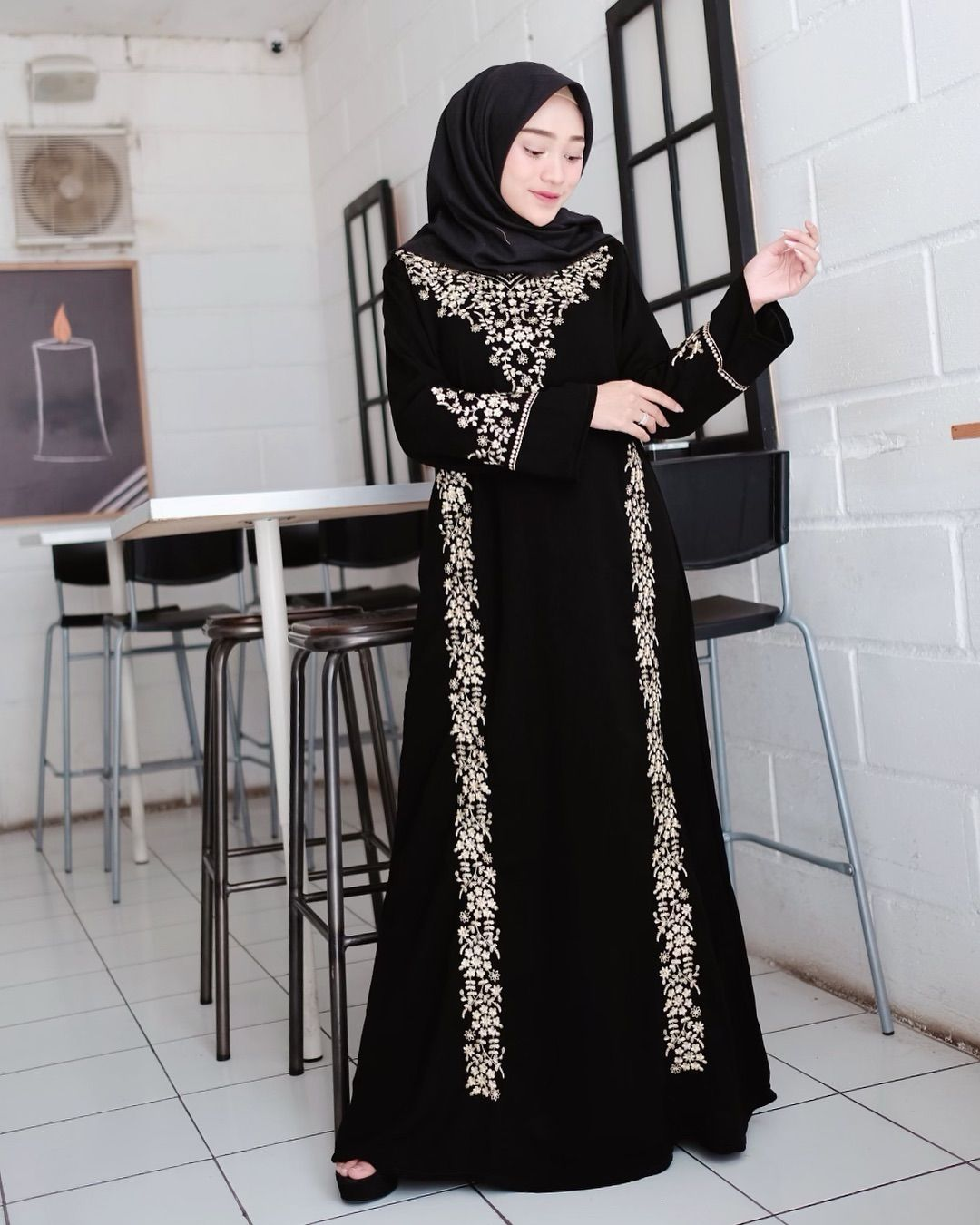 12 Pilihan Gamis Hitam yang Santun & Elegan Buat Dipakai Selama