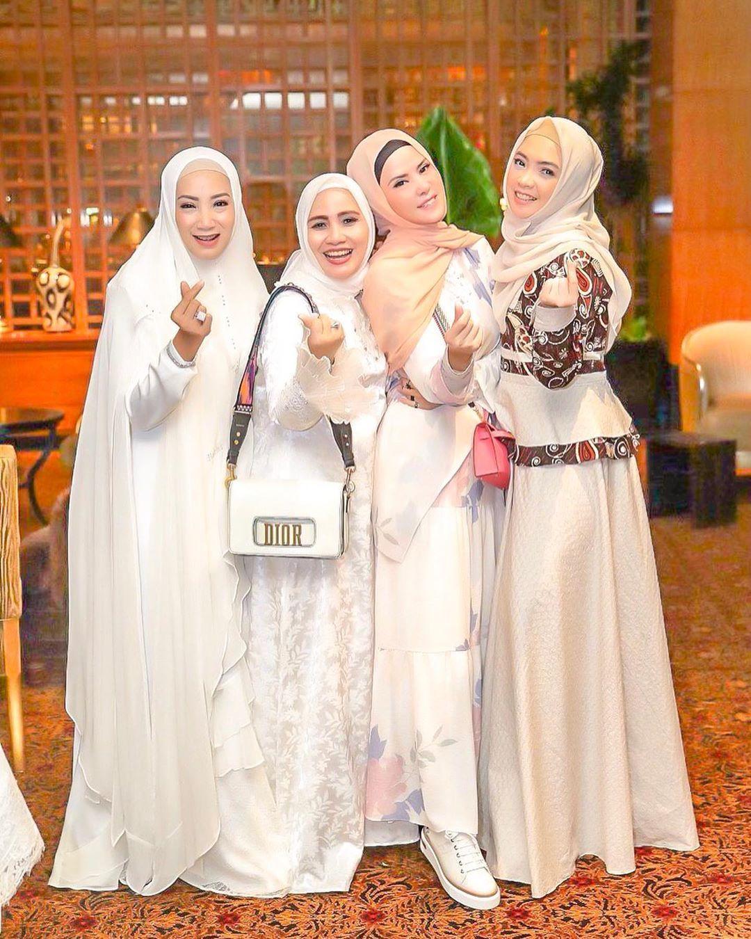 Lihat Penampilan Angel Lelga Dalam Balutan Dress Floral Dan Hijab Pashmina Yang Jadi Sorotan Bak Anak Muda Semua Halaman Stylo