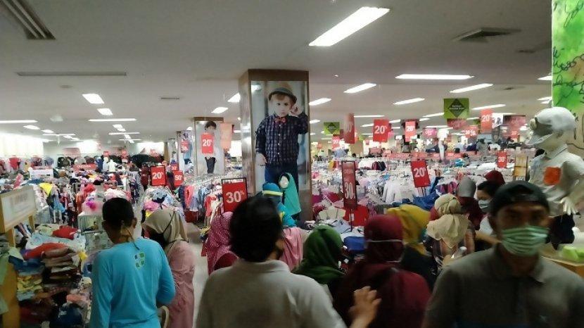 Bahagia Belanja Berdesak-desakan Langgar PSBB, Para Pembeli Kini ...