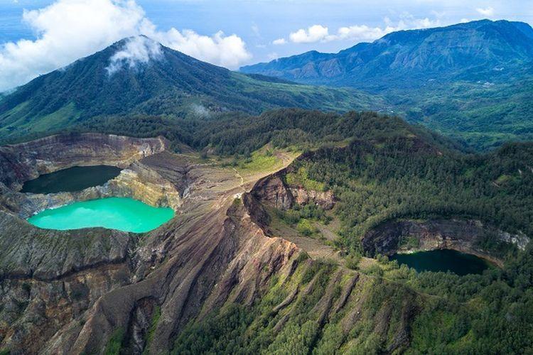Ilustrasi Nusa Tenggara Timur - Danau Kelimutu.