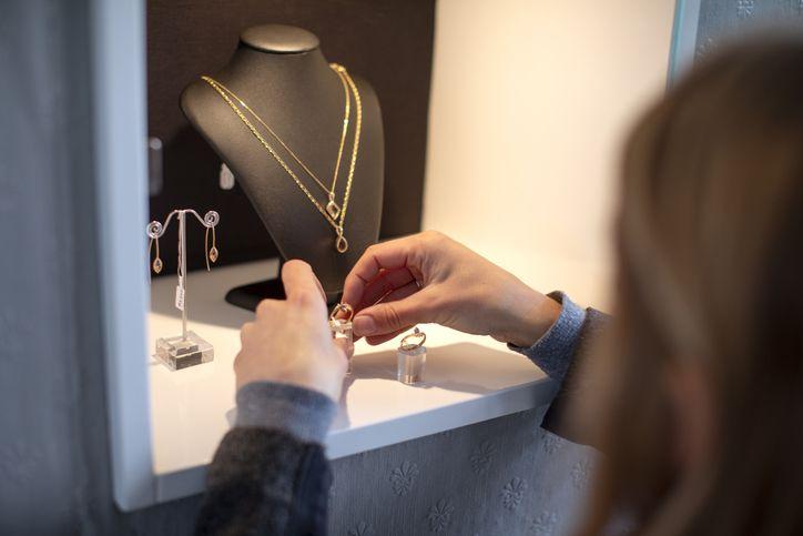 Simpel, Ini Cara Merawat Perhiasan Emas agar Tidak Turun Harga Jualnya -  Semua Halaman - Nova