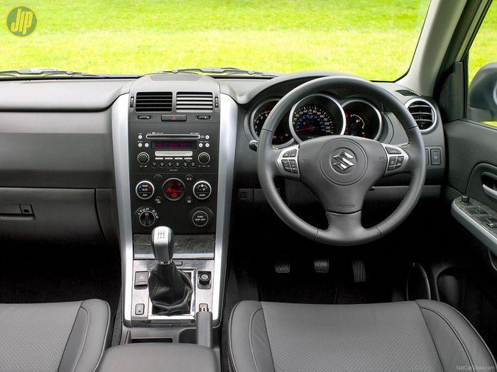 Desain layout dasbor Suzuki Grand Vitara 2.4
