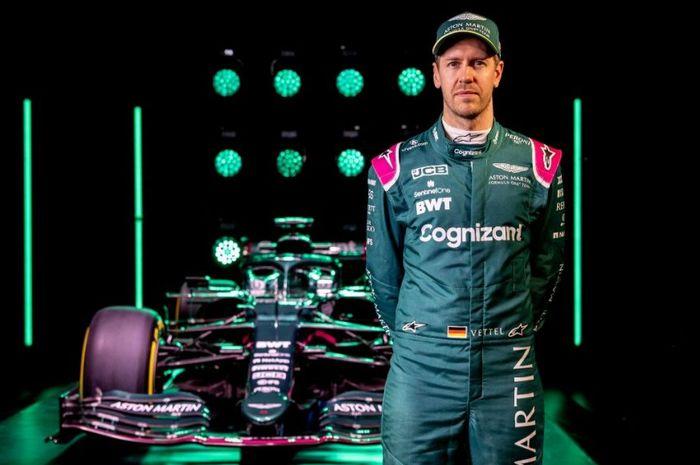 Pembalap Aston Martin, Sebastian Vettel, berpose dengan mobil balap yang akan dia pakai pada kejuaraan dunia F1 2021.