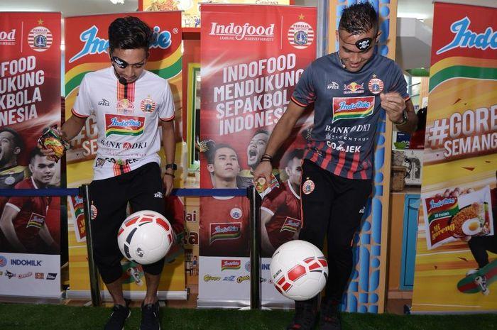 Turut meramaikan kegiatan Meet & Greet Terhubung Saling Dukung,  kiper Persija Andritany Ardhiyasa dan gelandang Fitra Ridwan ditantang unjuk kemampuan olah bola dengan satu mata tertutup di Rumah Indofood, Jakarta Fair Kemayoran, 26 Juni 2019.