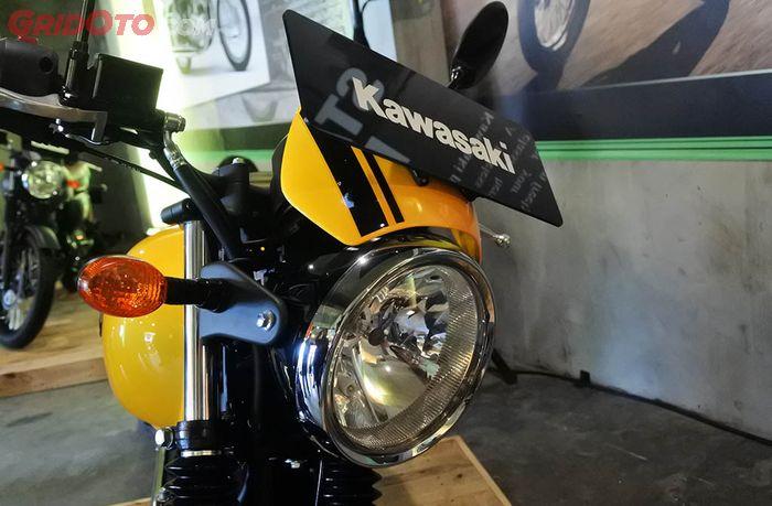 Kawasaki W175 Cafe punya semacam visor kecil di headlamp-nya