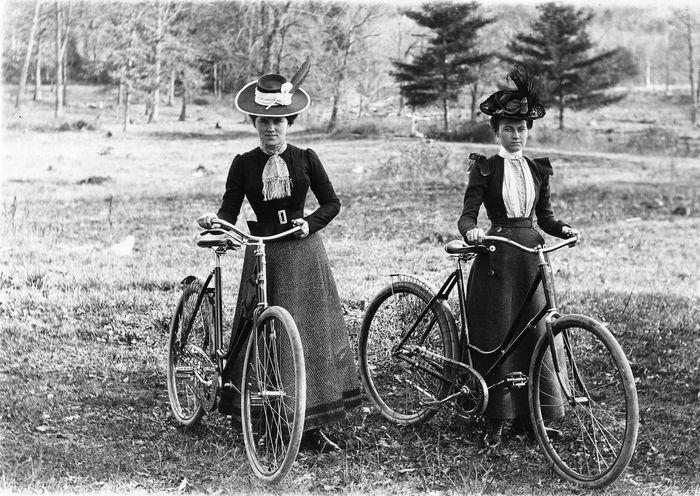 Perempuan Eropa dan sepedanya di tahun 1900