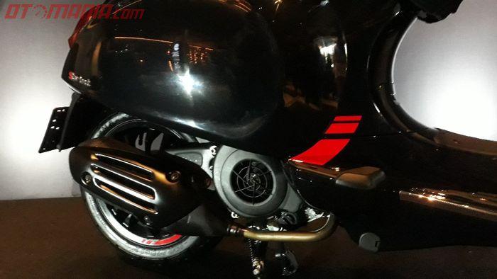 Detail warna merah di body Vespa Sprint Carbon
