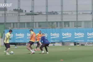 VIDEO - Lionel Messi Cetak 6 Gol di Sesi Latihan Barcelona, Gerard Pique Pasrah