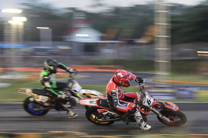 Aksi dua pembalap asal Prancis, Sylvain Bidart (kanan) dan Maxime Lacour, dalam ajang Trial Game Asphalt International Championship di Sirkuit Boyolali, Jawa Tengah, 13 Desember 2019.