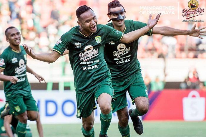 Gelandang Persebaya Surabaya, Oktafianus Fernando, merayakan gol yang dicetaknya ke gawang Persela Lamongan pada pekan keenam Liga 1 2019.