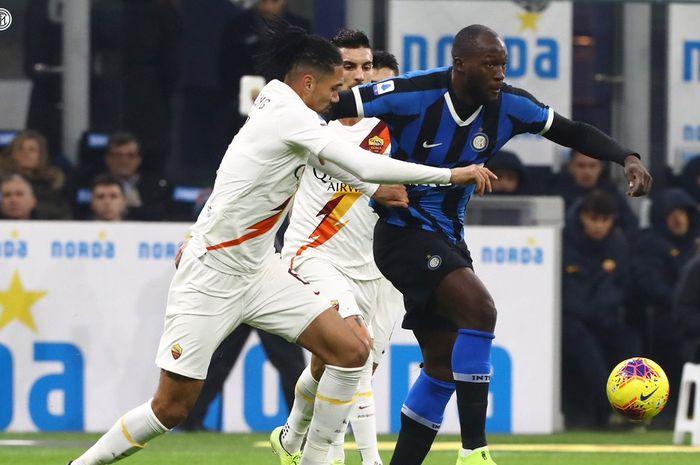 Striker Inter Milan, Romelu Lukaku, beraksi dalam laga Liga Italia melawan AS Roma di Stadion Giuseppe Meazza.