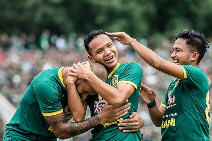 Pemain Persebaya Surabaya merayakan gol yang dicetak oleh Oktafianus Fernando saat melawan Persija Jakarta pada final Piala Gubernur Jatim 2020.