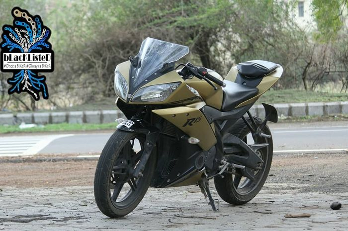 Kombinasi warna hitam dan emas doff memberi kesan elegan pada Yamaha R15 ini