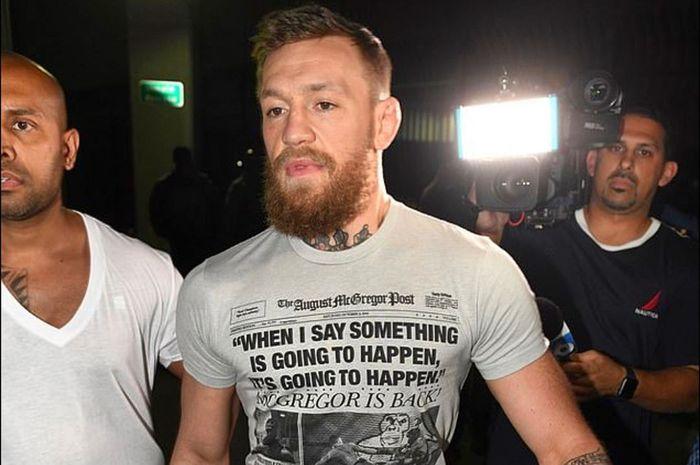 Momen saat Conor McGregor keluar dari penjara pada Senin (11/3/2019) setelah diduga melaukan perampasan dan perusakan telepon genggam milik penggemarnya.