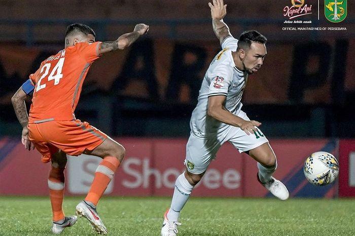 Pemain Persebaya Surabaya, Damian Lizio (kanan), berebut bola dengan kapten Borneo FC Diego Michiels (kiri) pada laga pekan kelima Liga 1 2019 di Stadion Segiri, Samarinda, Minggu (23/6/2019).
