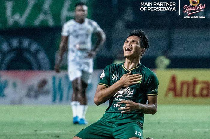 Selebrasi pemain Persebaya, Rachmat Irianto, usai mencetak gol ke gawang PS Tira-Persikabo pada pekan kesepuluh Liga 1 2019 di Stadion Gelora Bung Tomo, Minggu (21/7/2019).