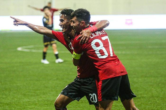 Gelandang Bali United, Sidik Saimima, bersama Stefano Lilipaly merayakan gol yang dicetaknya saat melawan Tampines Rovers pada Kualifikasi Liga Champions Asia 2020.