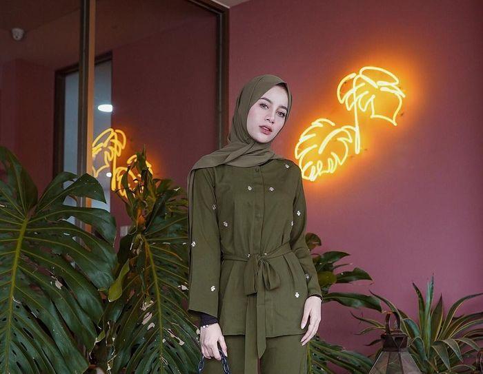Fashion <a href='https://pontianak.tribunnews.com/tag/hijab' title='hijab'>hijab</a> warna hijau olive