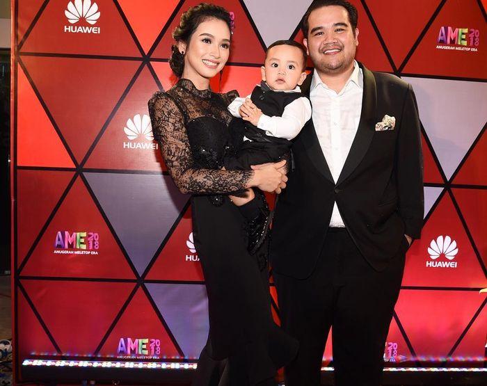 Tya Arifin bersama keluarga
