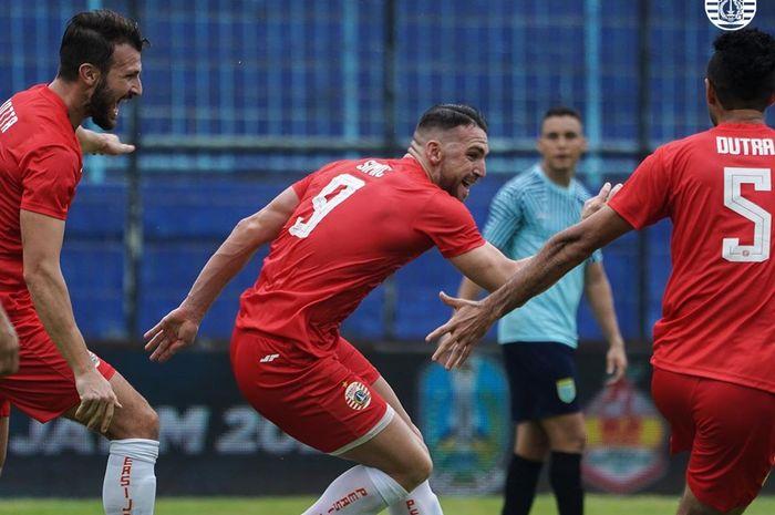 Marko Simic melakukan selebrasi setelah mencetak gol ke gawang Persela Lamongan dalam Piala Gubernur Jatim 2020 di Stadion Kanjuruhan, Malang, Selasa (11/2/2020).