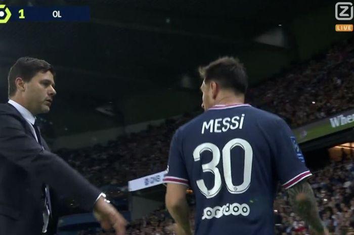 Pelatih Paris Saint-Germain, Mauricio Pochettino, berbicara dengan Lionel Messi dalam laga Liga Prancis kontra Olympique Lyon di Stadion Parc des Princes, Minggu (19/9/2021).