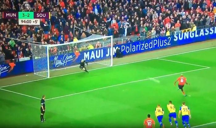 Gelandang Manchester United, Paul Pogba, gagal mengeksekusi penalti dalam laga Liga Inggris melawan Southampton di Stadion Old Trafford, Sabtu (2/3/2019).