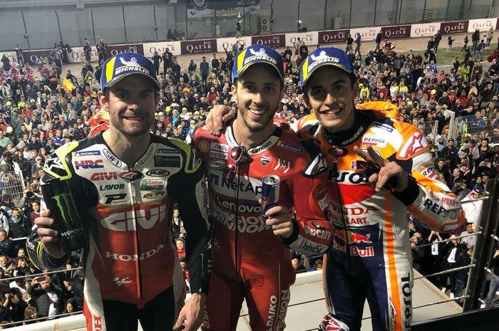 Cal Crutchlow, Andrea Dovizioso, dan Marc Marquez sedang merayakan posisi podiumnya di MotoGP Qatar 2019.