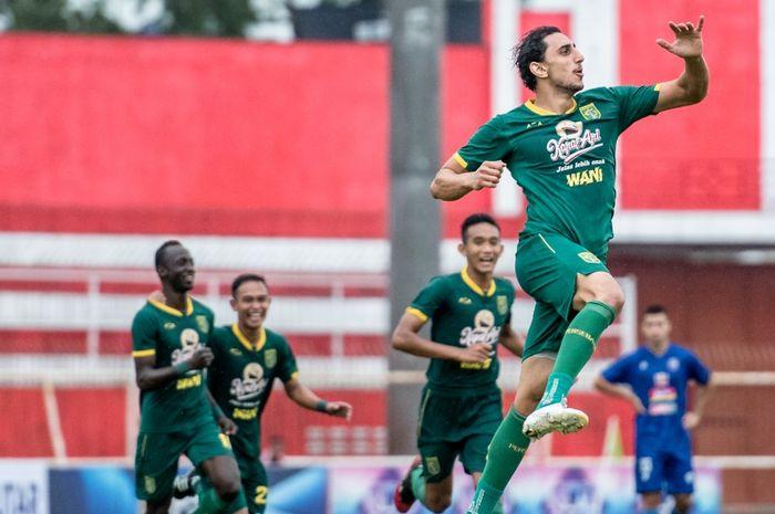 Gelandang asing Persebaya Surabaya, Mahmoud Eid, merayakan gol yang dicetaknya ke gawang Arema FC pada semifinal Piala Gubernur Jatim 2020.