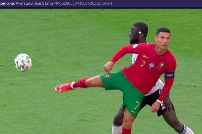 Megabintang timnas Portugal, Cristiano Ronaldo, membuat bek timnas Jerman, Antonio Ruediger, linglung dalam laga Grup F EURO 2020 di Stadion Football Arena, Sabtu (19/6/2021).