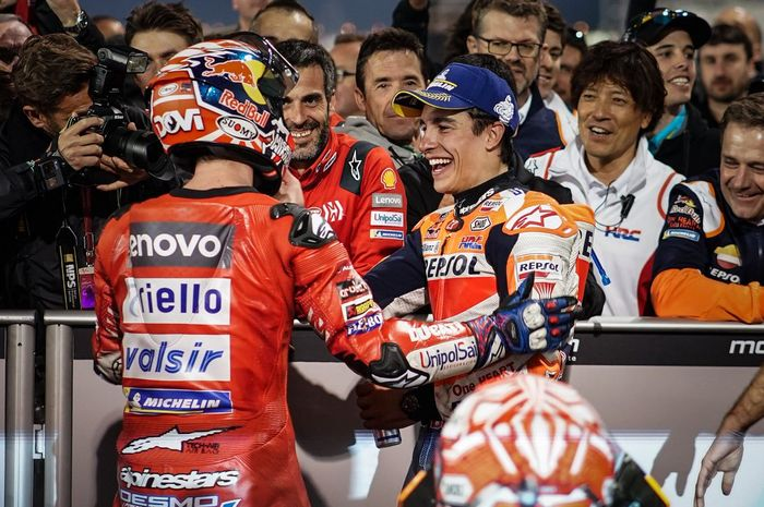 Momen saat Andrea Dovizioso dan Marc Marquez menuntaskan balapan MotoGP Qatar 2019.